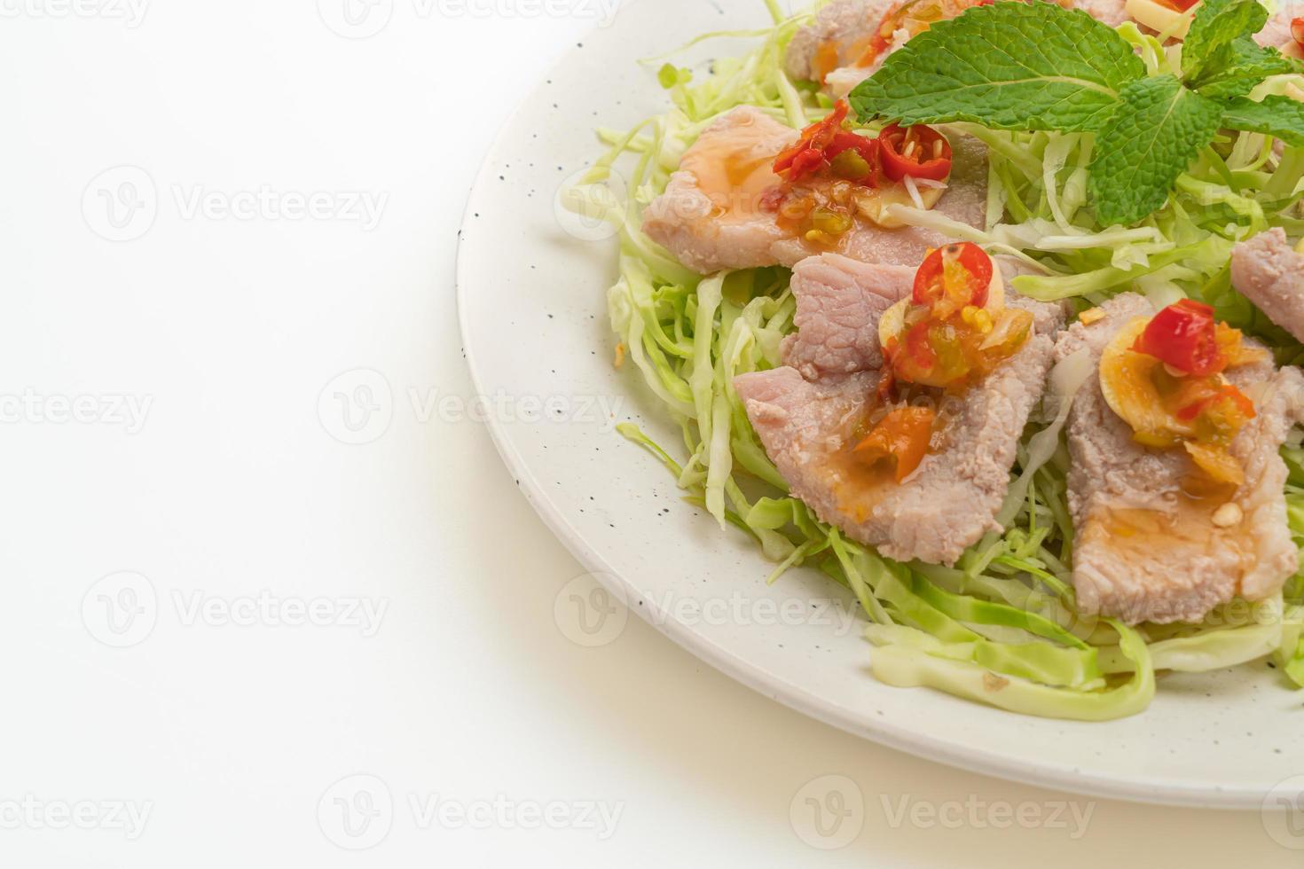 gekookt varkensvlees met limoenknoflook en chilisaus foto