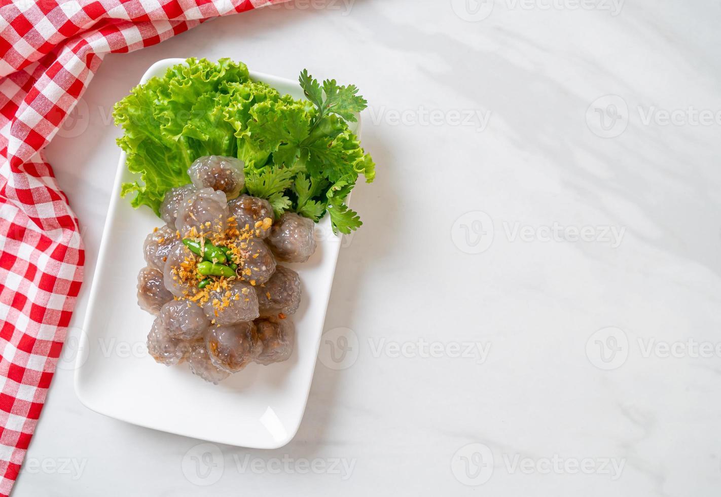 gestoomde tapioca dumplings met varkensvlees foto