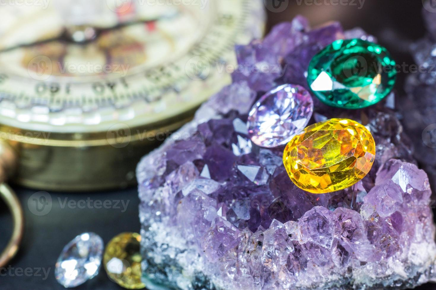 natuurlijke saffier edelsteen, juweel of edelstenen op zwarte glans kleur, verzameling van veel verschillende natuurlijke edelstenen amethist foto