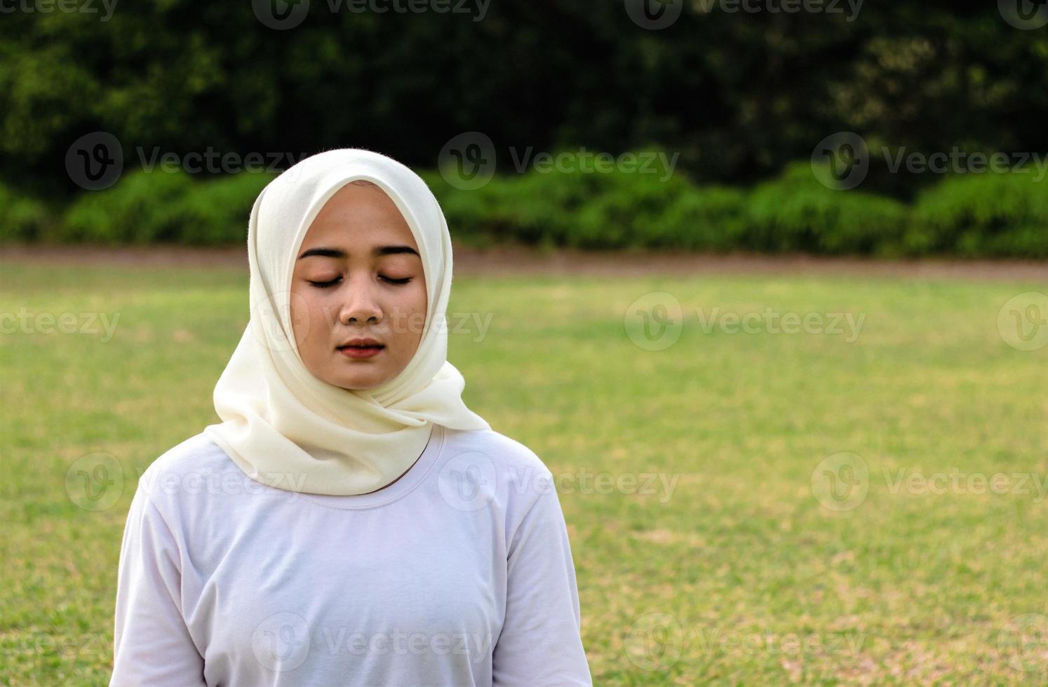 moslim jonge vrouwen doen yoga in het park foto