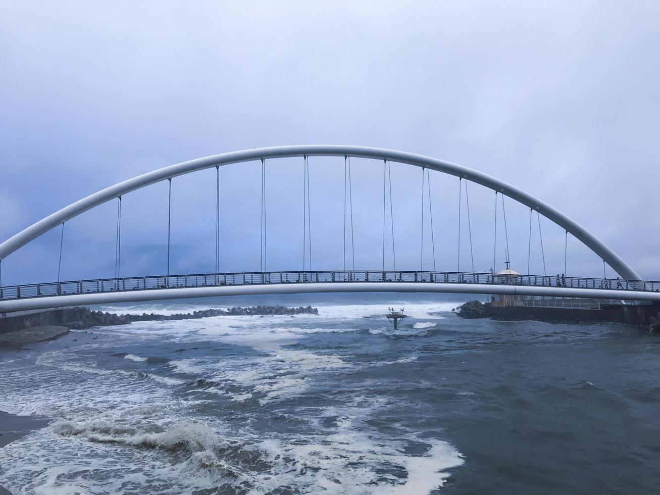 boogbrug in de stad Gangneung in de buurt van de zee, Zuid-Korea foto