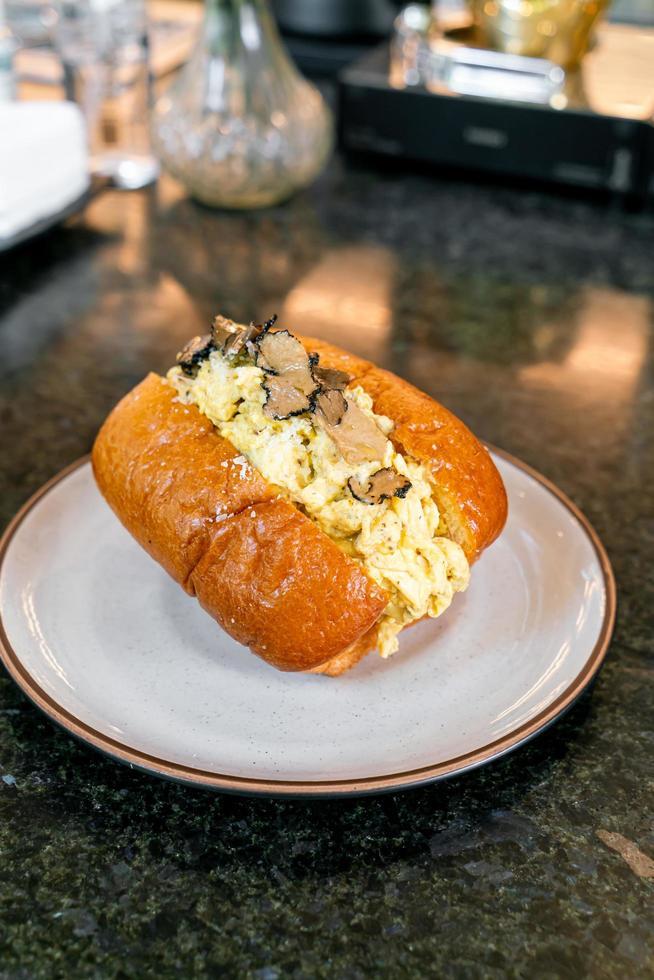 broodje of brood met roerei en truffelchampignon foto