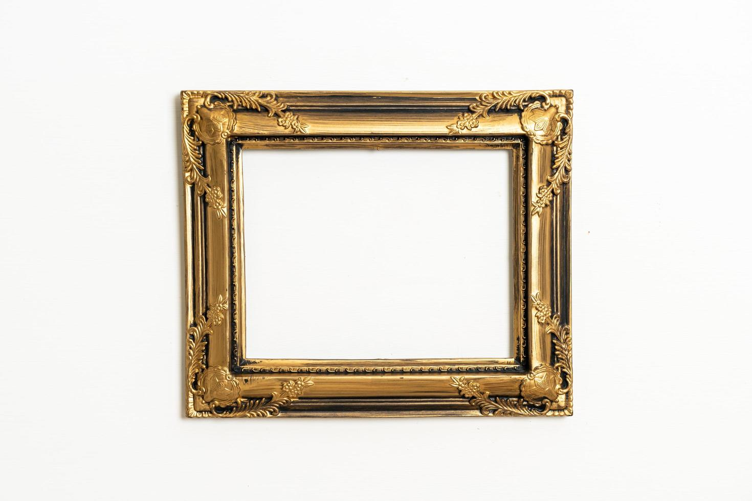 lege afbeeldingsframe op witte muur achtergrond met kopie ruimte foto