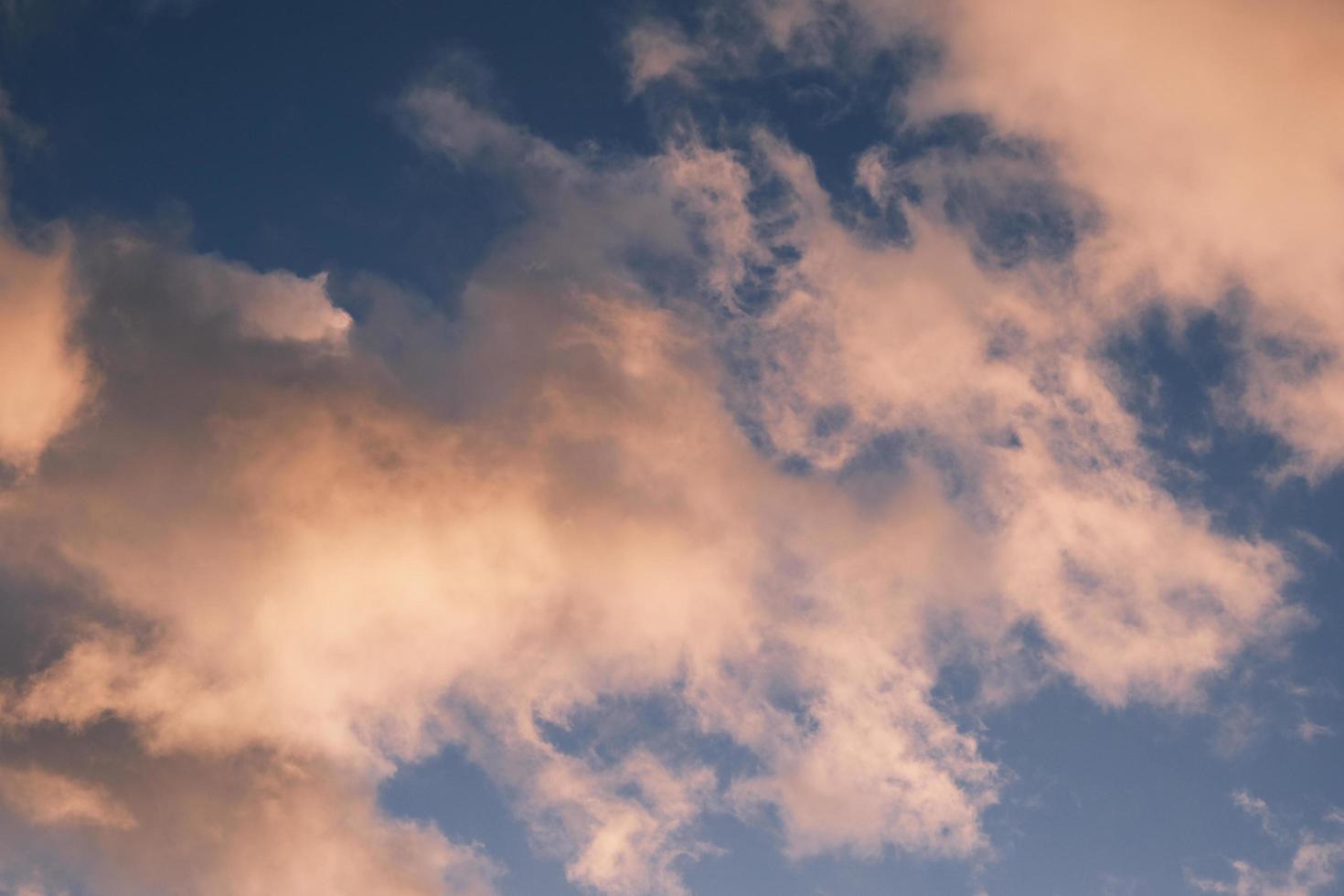 blauwe lucht met dromerige wolken ochtend bij zonsopgang foto