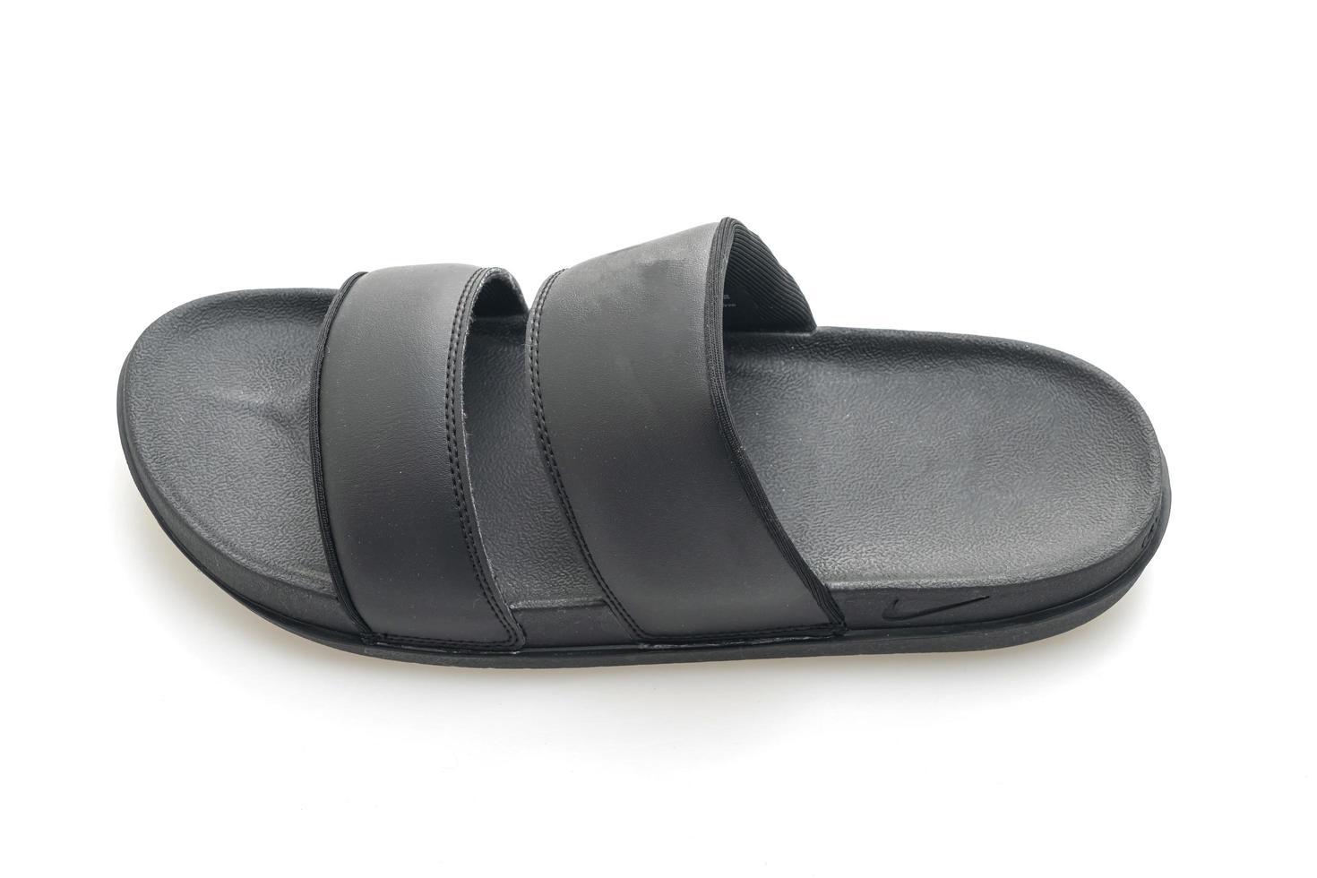 zwarte leren sandalen geïsoleerd op een witte achtergrond foto