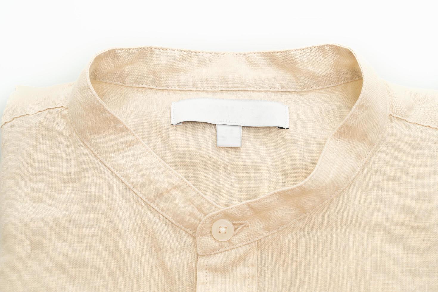 beige overhemd gevouwen geïsoleerd op een witte achtergrond foto