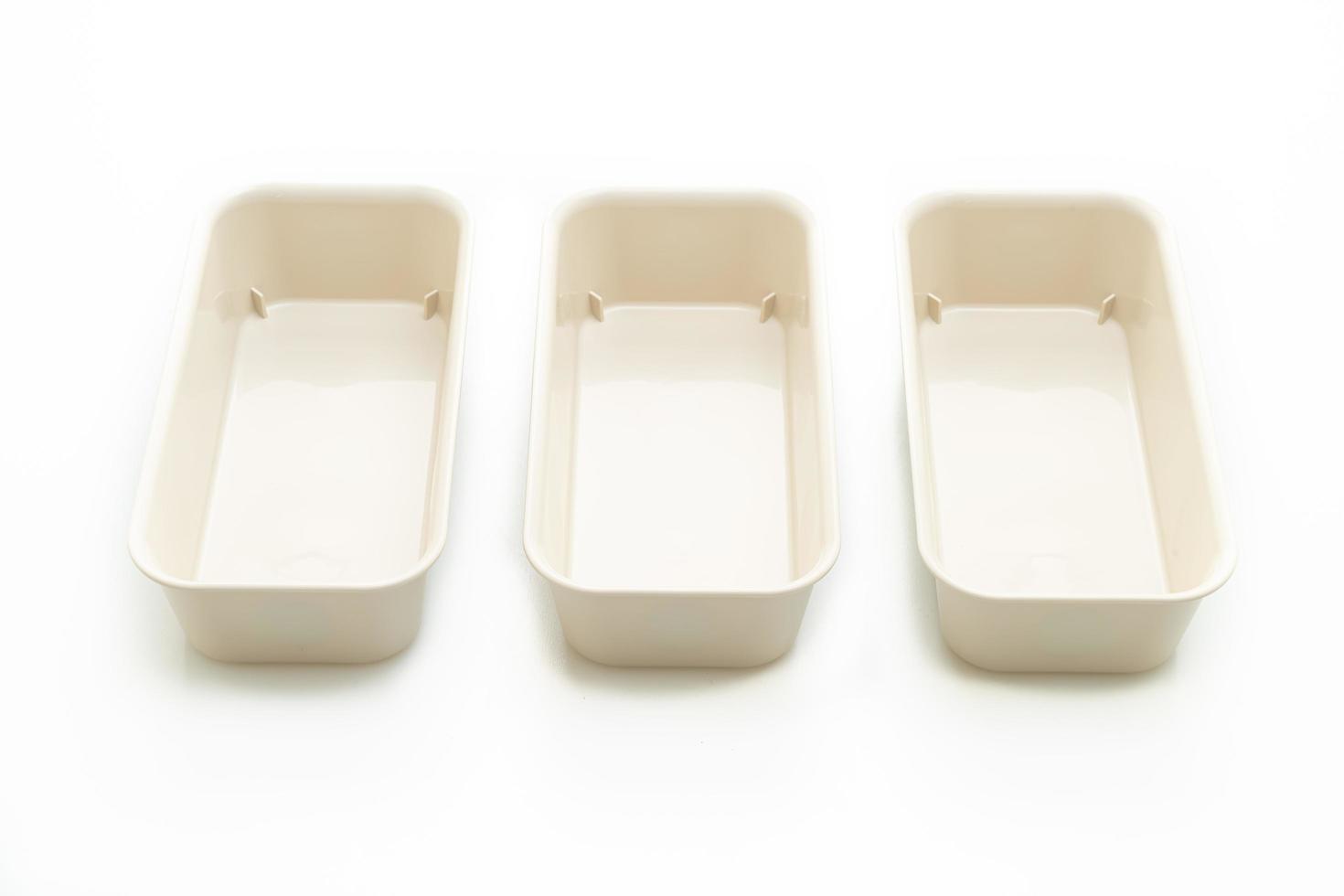 plastic dienblad of plastic doos die op witte achtergrond wordt geïsoleerd foto