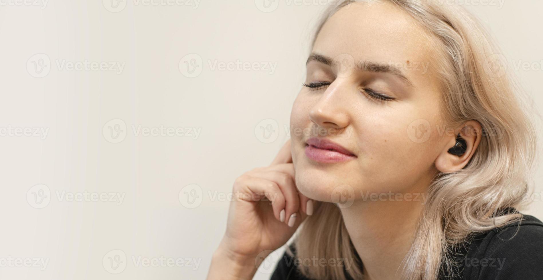 meisje geniet van muziek in draadloze hoofdtelefoons. moderne technologieën. foto