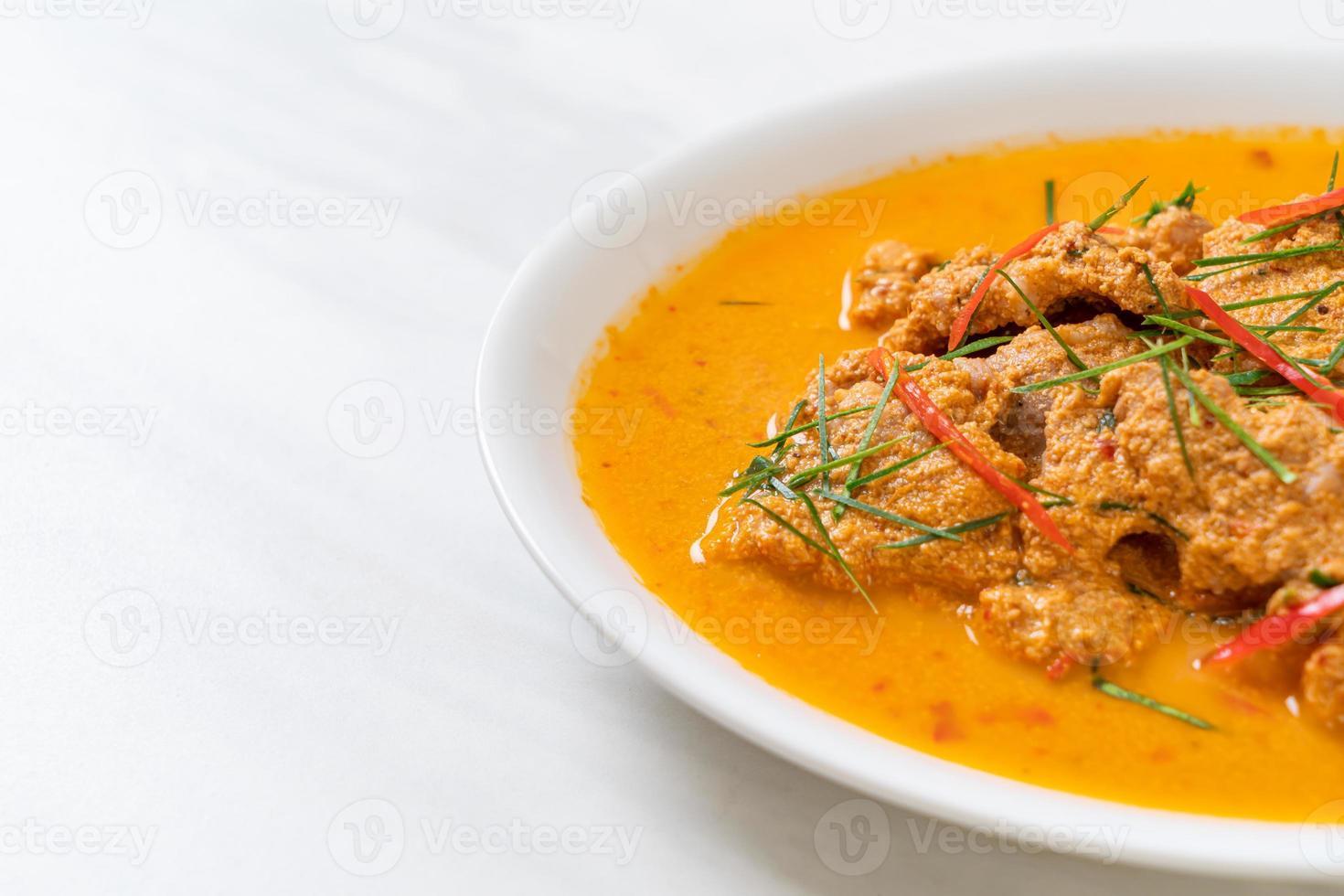 thaise maaltijdset panang curry met varkensvlees - thaise eetstijl foto