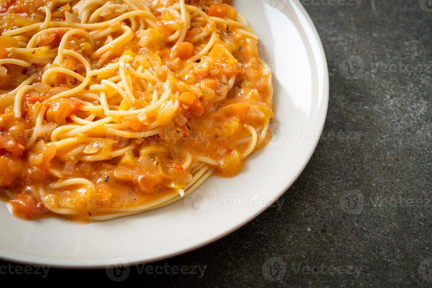 spaghetti pasta met romige tomatensaus of roze saus foto