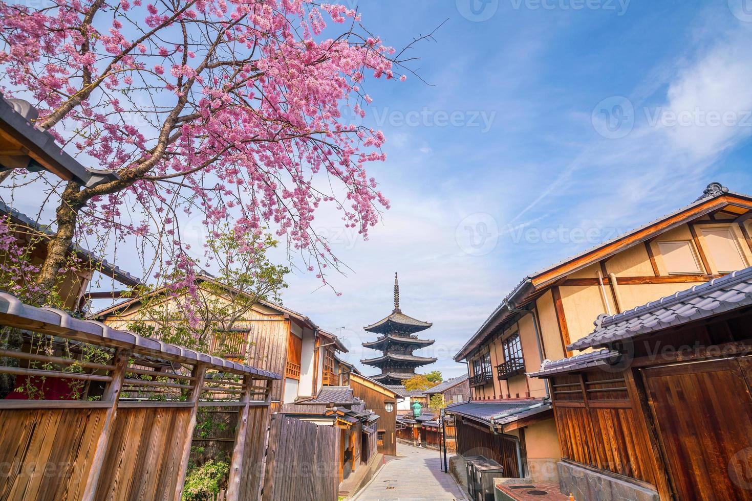 oude stad kyoto tijdens sakura-seizoen foto