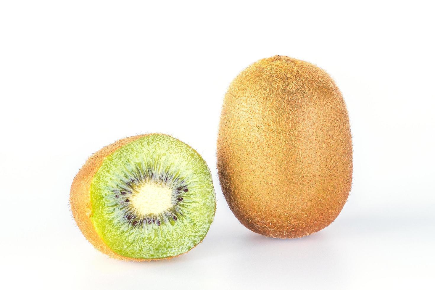 Giwi fruit segment geïsoleerd op een witte achtergrond. foto