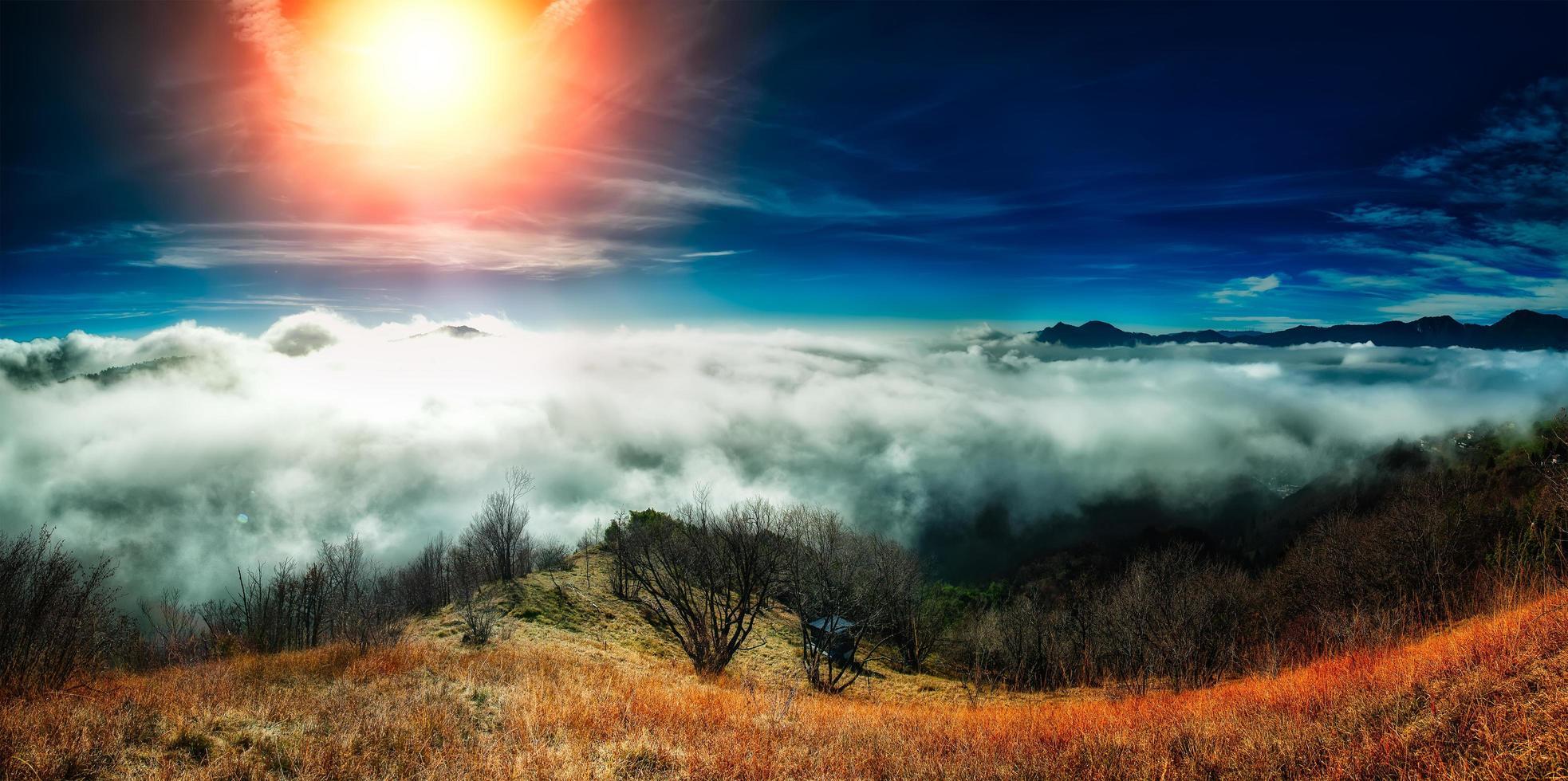 zee van mist in de herfst in de bergen foto