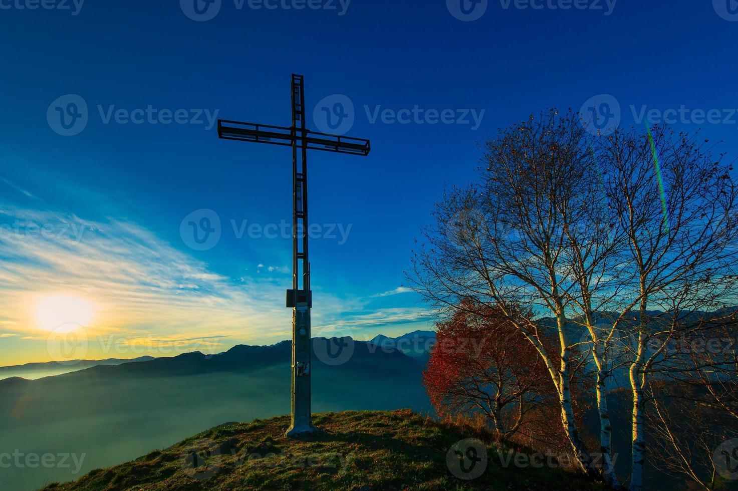 top van een berg met kruis foto