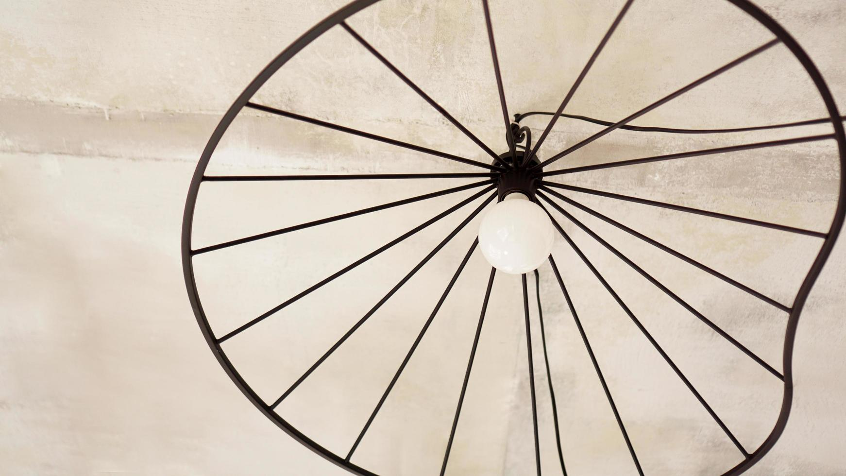een moderne loft kroonluchter van zwart metaal foto