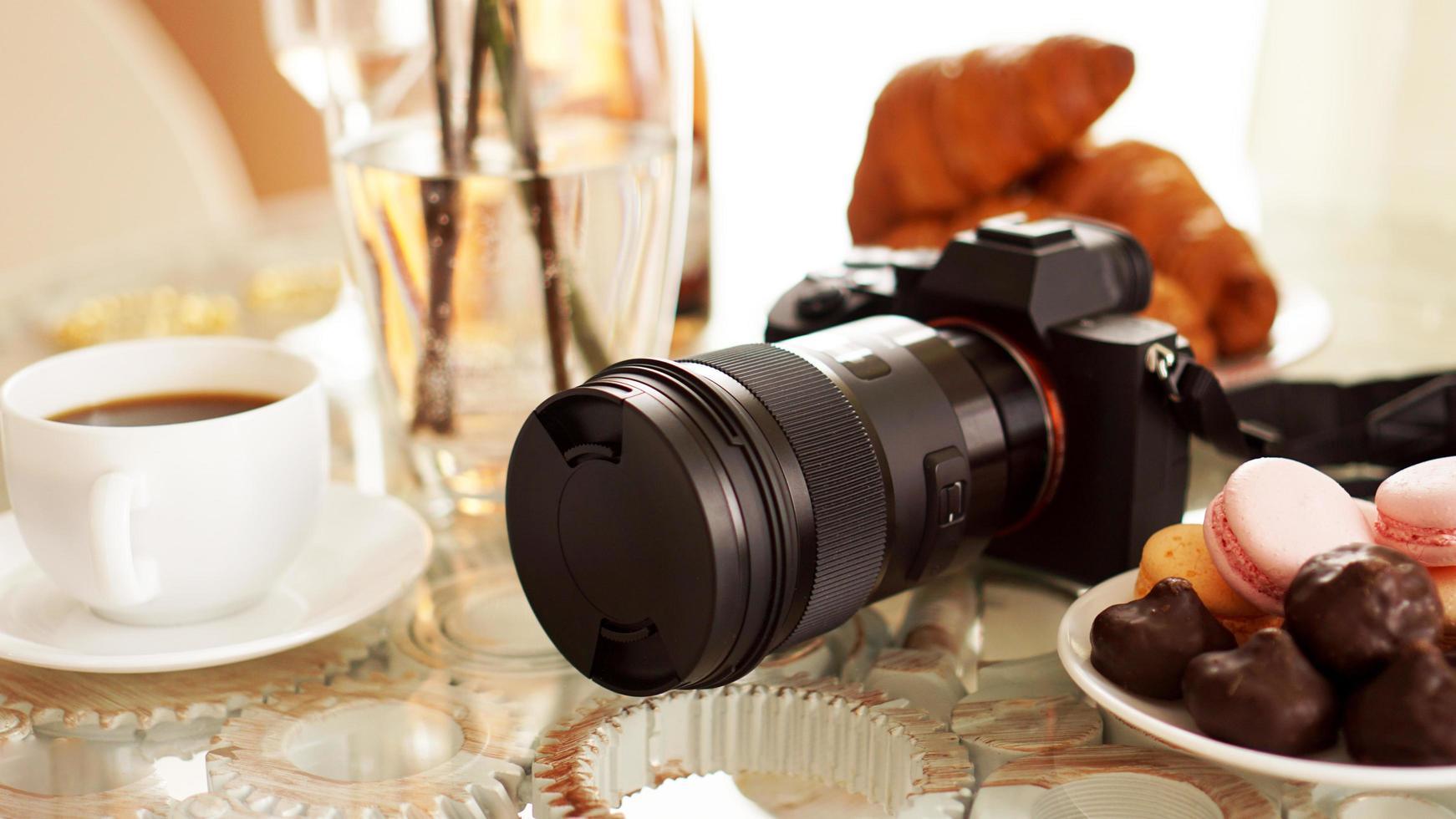 mera met een lens op glazen tafel foto