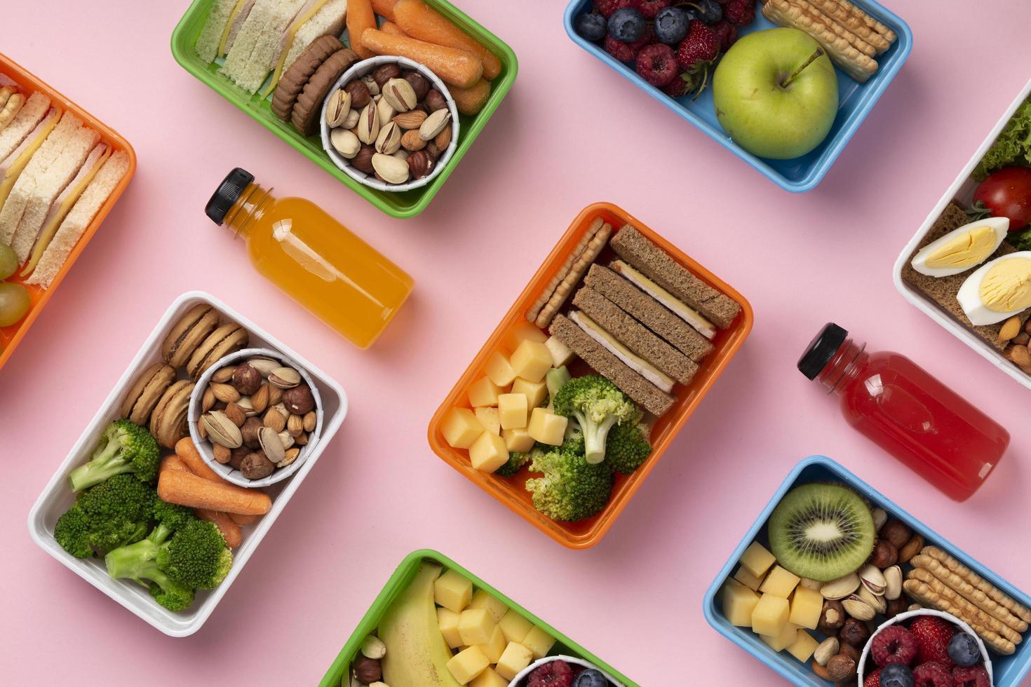 bovenaanzicht eten lunchboxen assortiment foto