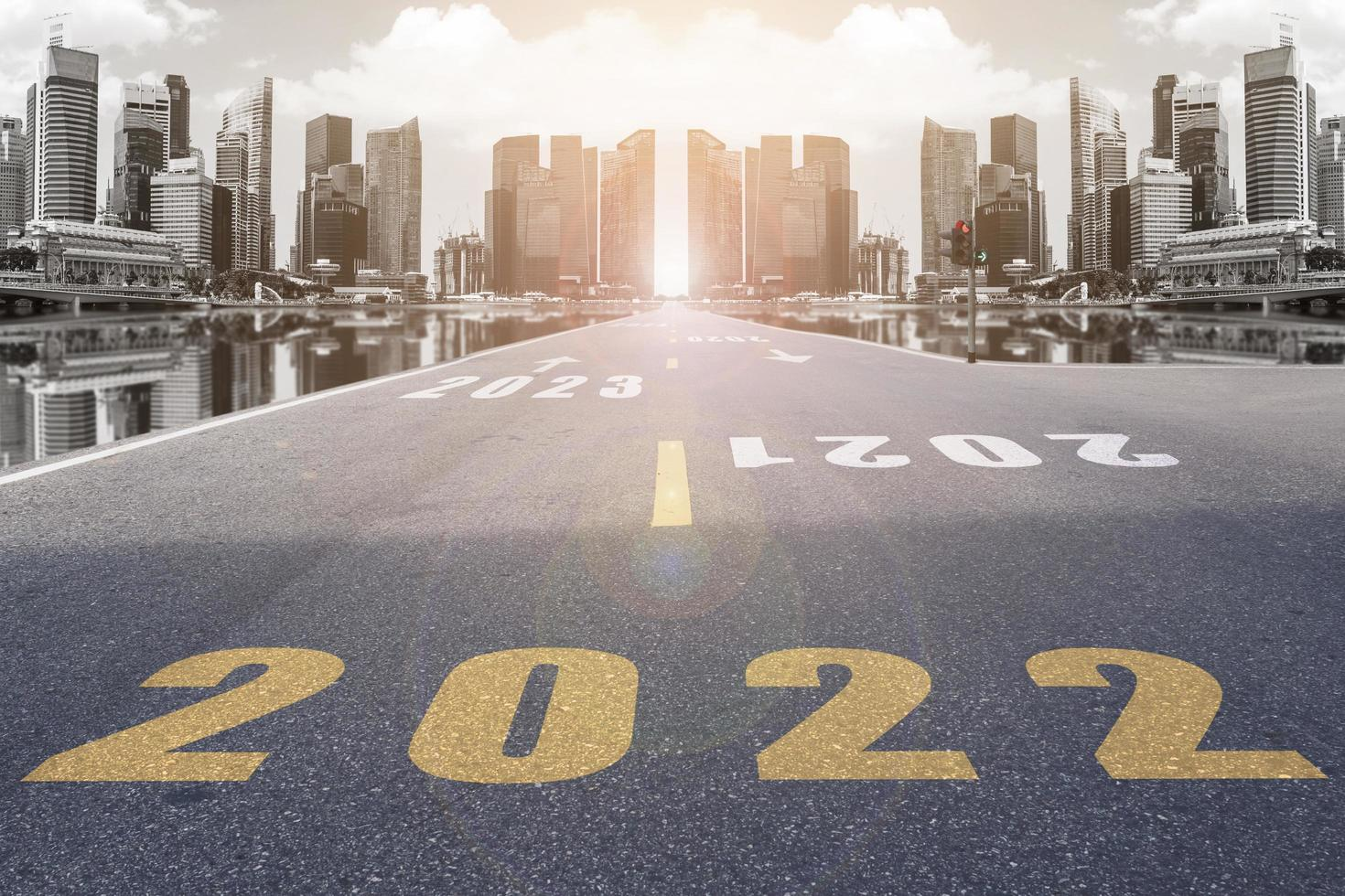 symbool 2022 nummers op de straat die leidt naar de wolkenkrabbers van de stad. foto
