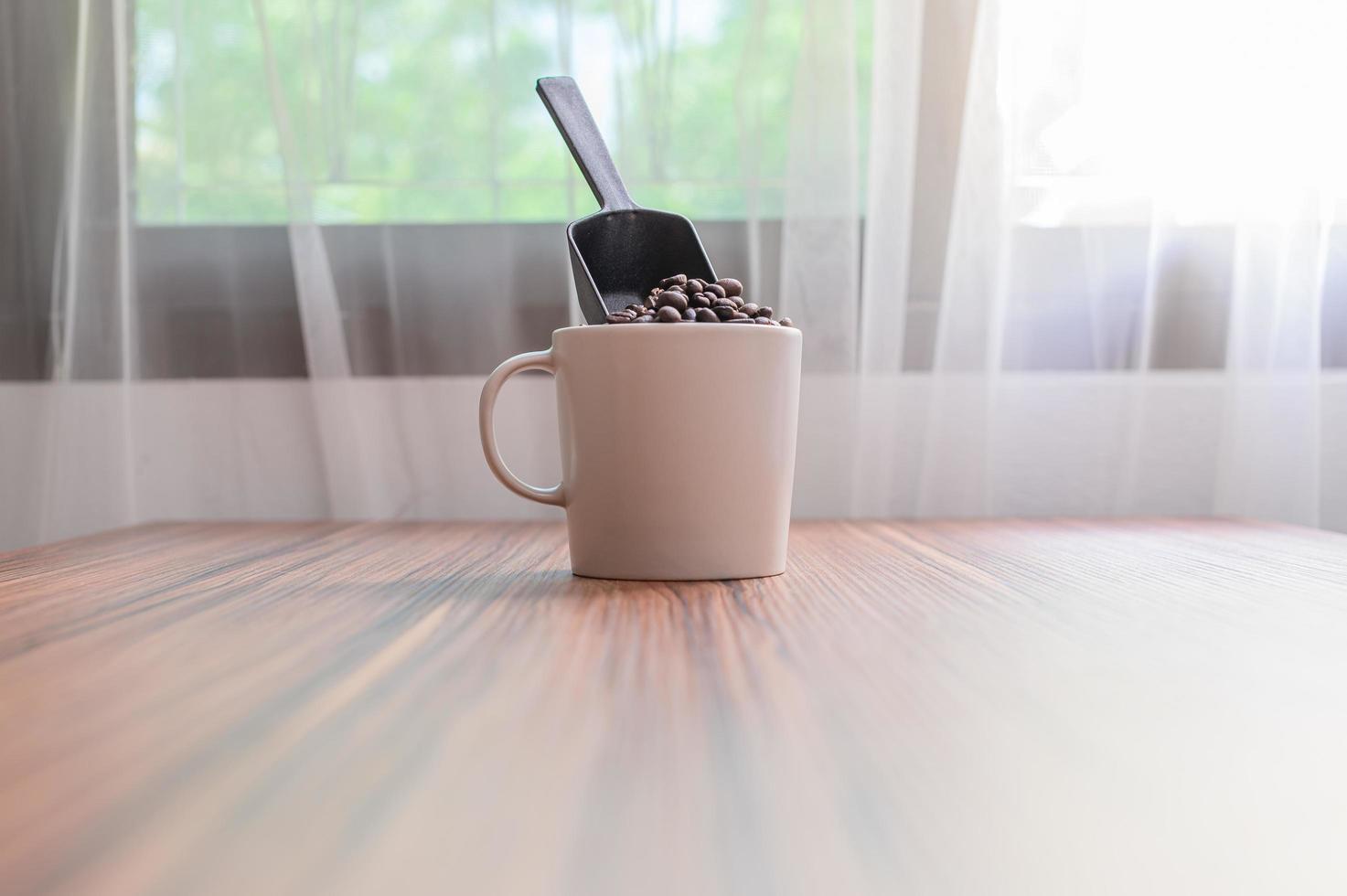 koffiemokken en koffiebonen om energie te stimuleren foto