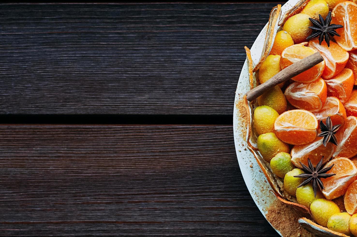 bovenaanzicht veganistische citruscake met kleurrijke kruiden foto