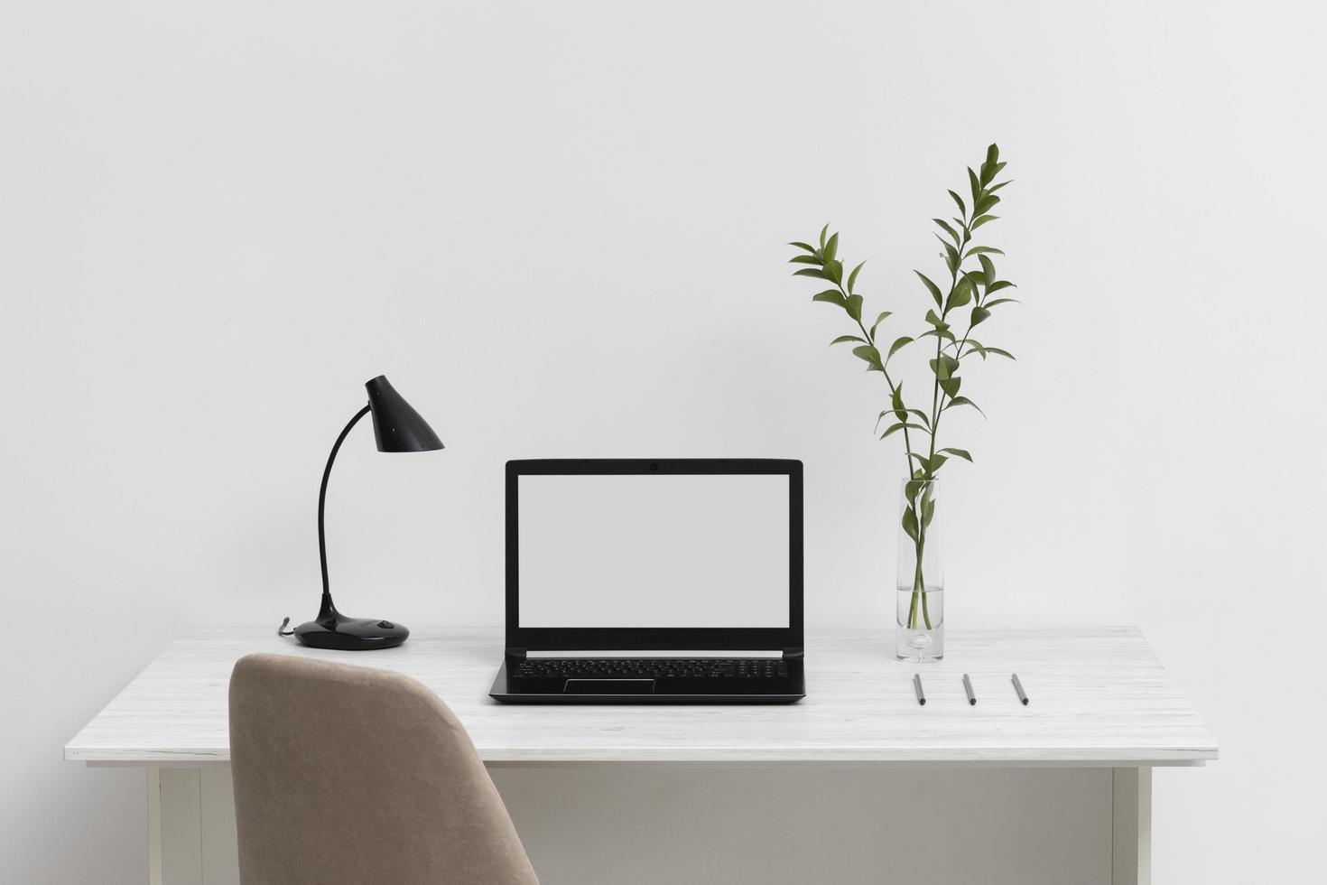 hoge hoek bureau opstelling met laptop foto