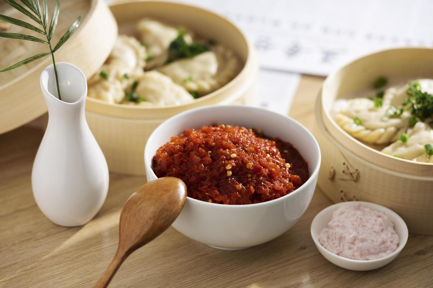 de voedzame maaltijd met sambal arrangement foto