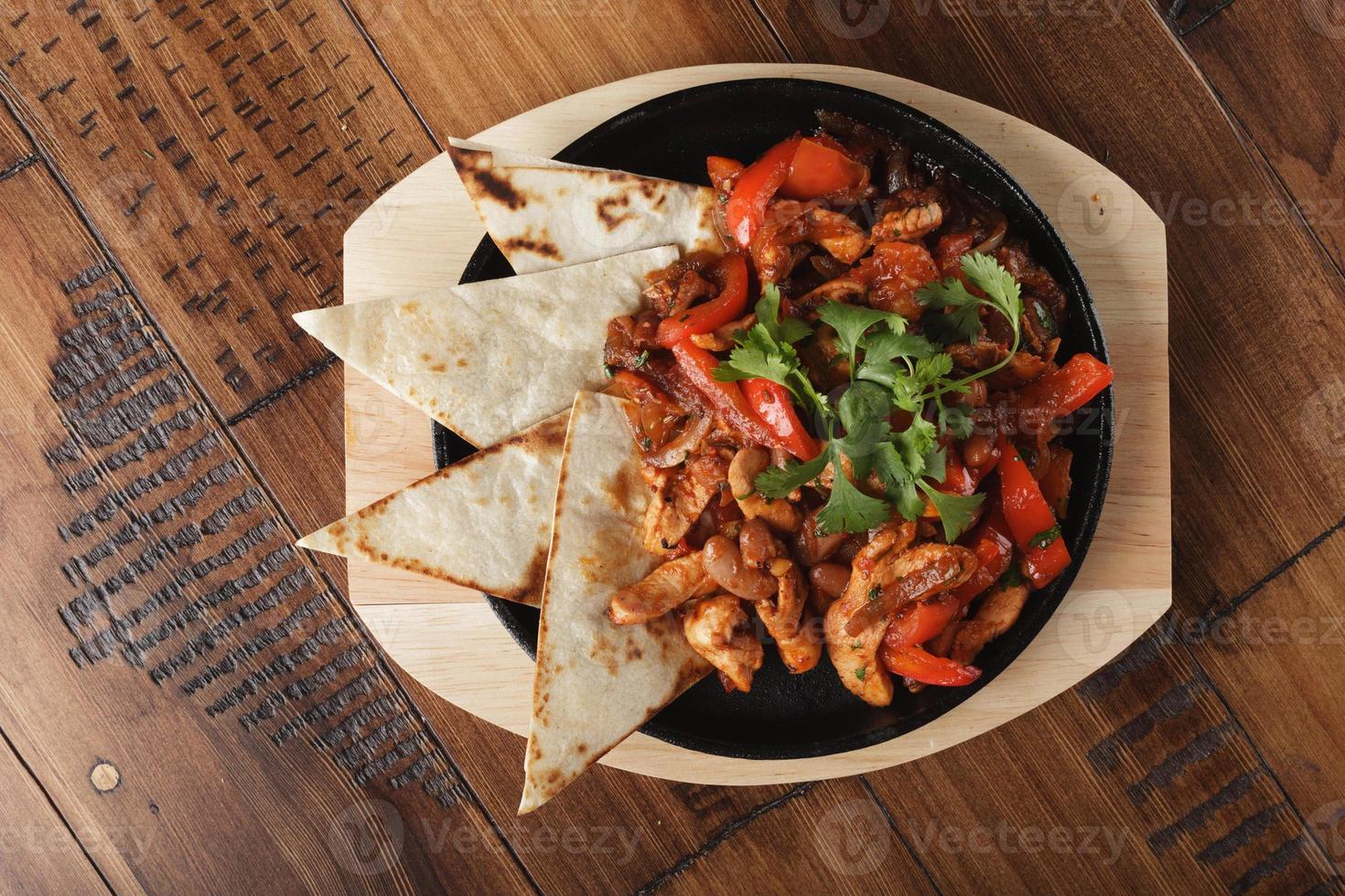 fajitas met kip en paprika in een pan foto