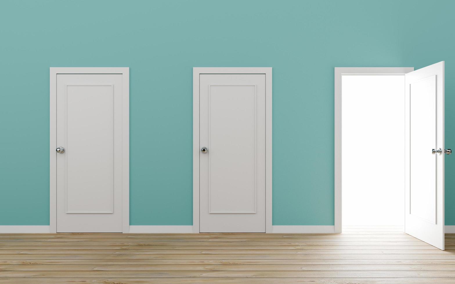 doorgeopende deur met blauwe muur foto