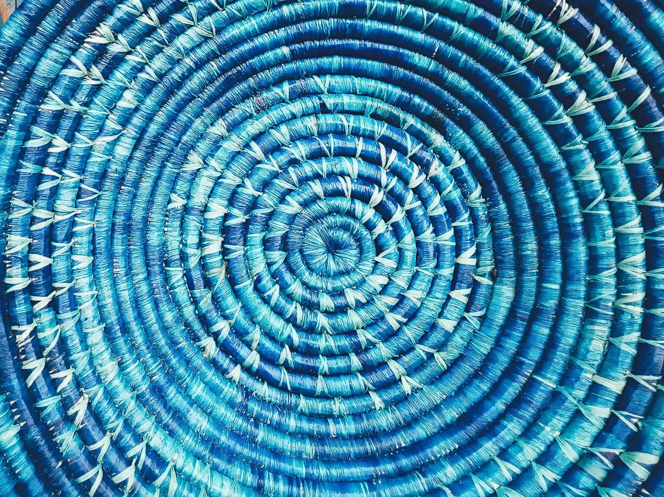 blauwe rieten ronde schotel close-up foto