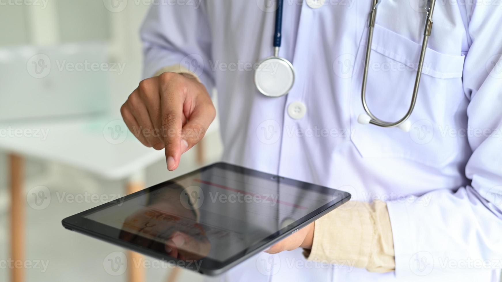 medisch personeel in laboratoriumjas met stethoscoop. foto