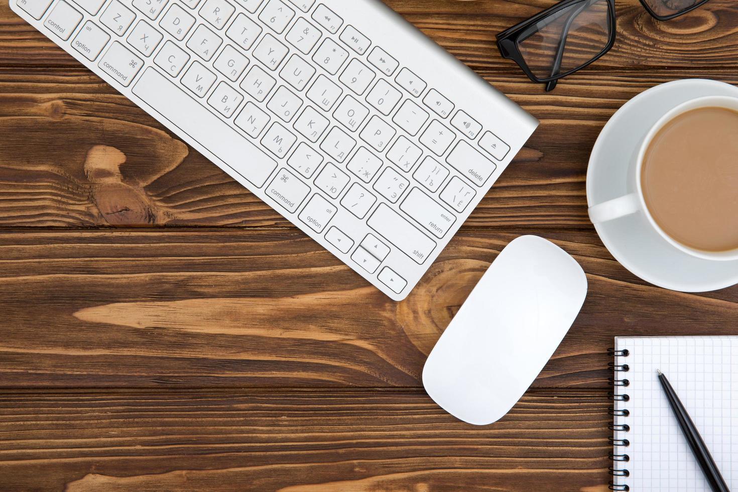 bureau houten tafel van zakelijke werkplek en zakelijke objecten foto
