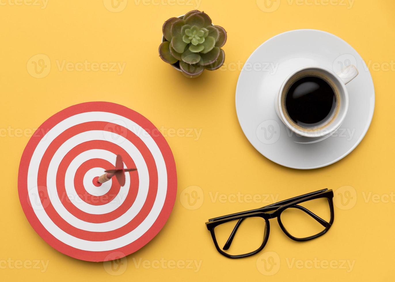 dartbord, glazen en een kopje koffie foto