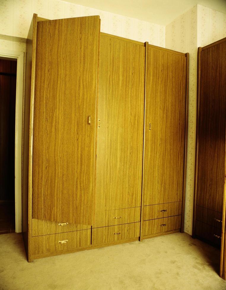 kleerkast met houten lades foto