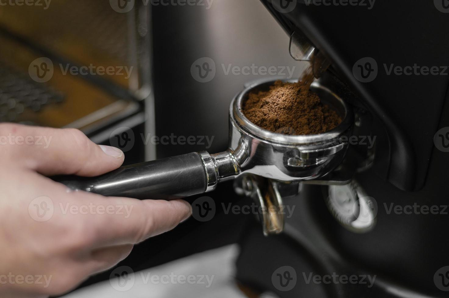 mannelijke barista die professionele koffiemachine gebruikt foto