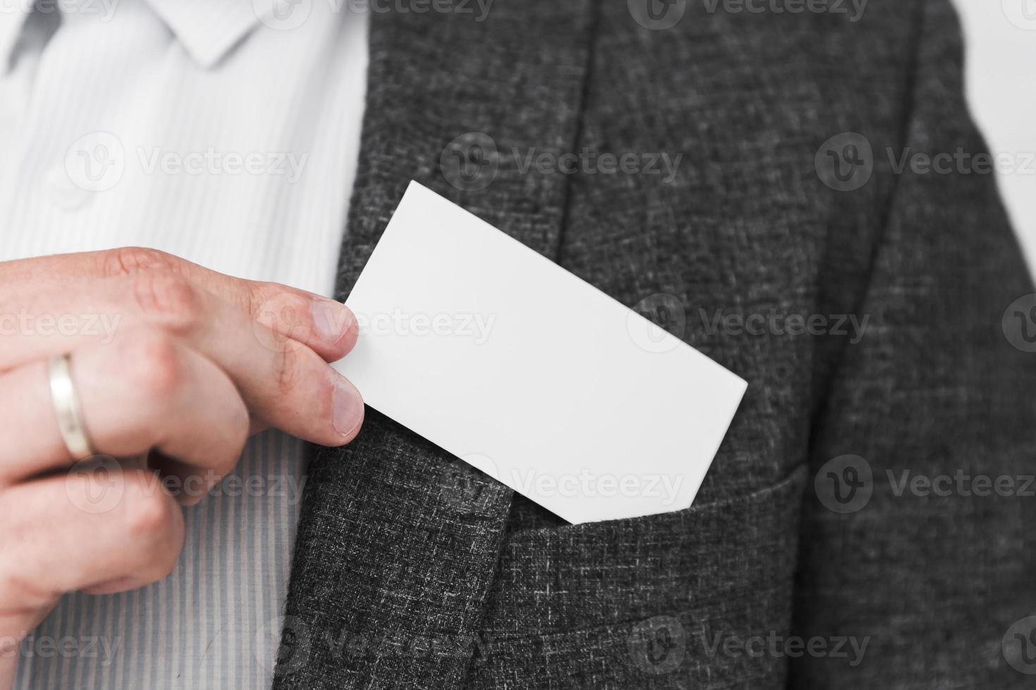 zakenman die een leeg visitekaartje toont foto