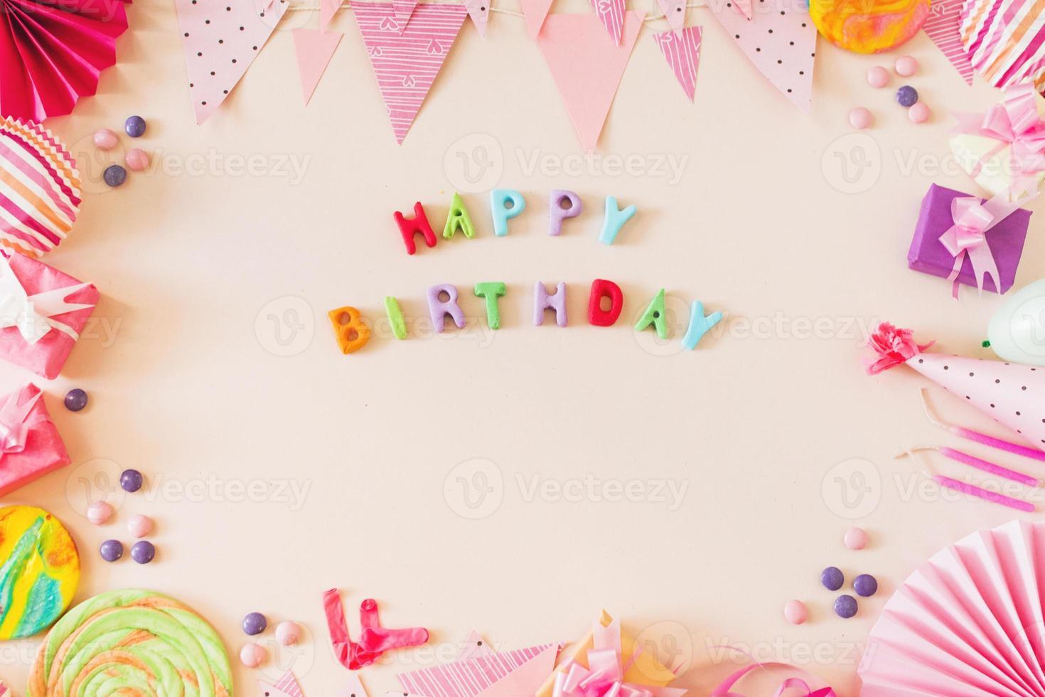 gelukkige verjaardagstekst met feestconcept foto