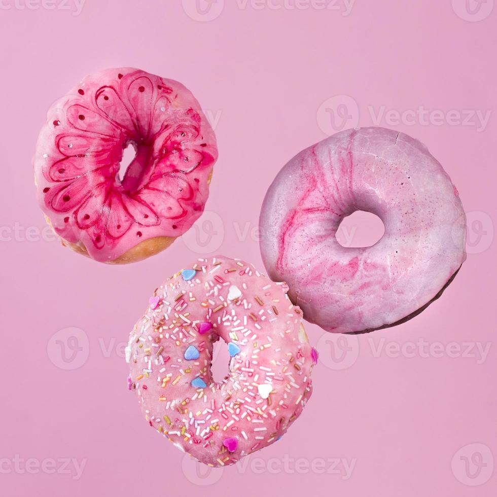 geglazuurde donuts op roze achtergrond foto