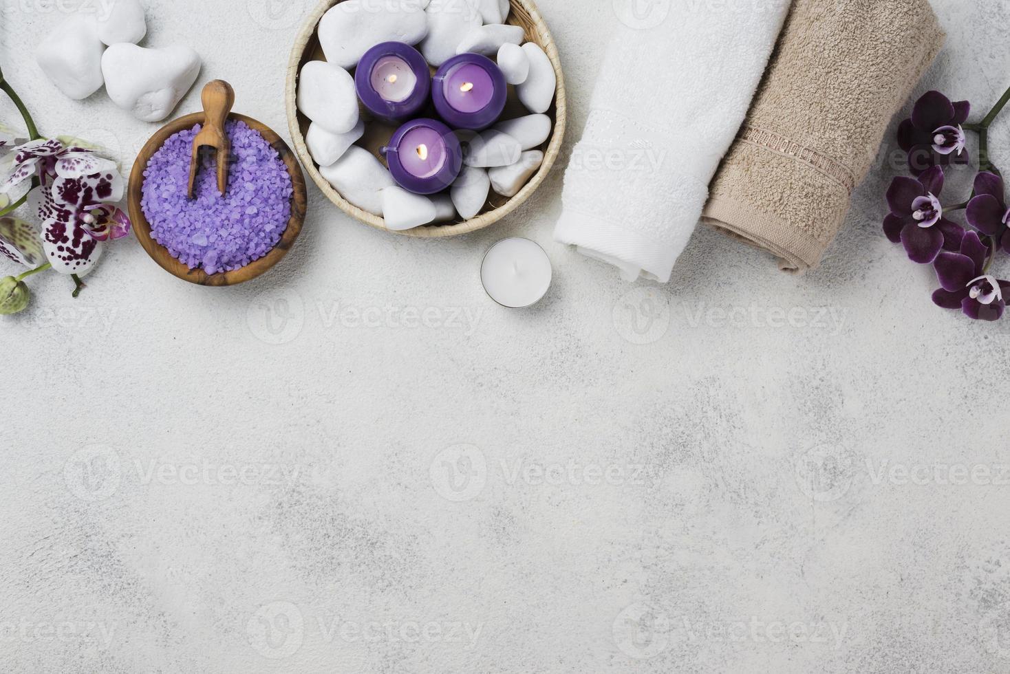 spa-handdoeken, kaarsen met kopieerruimte foto