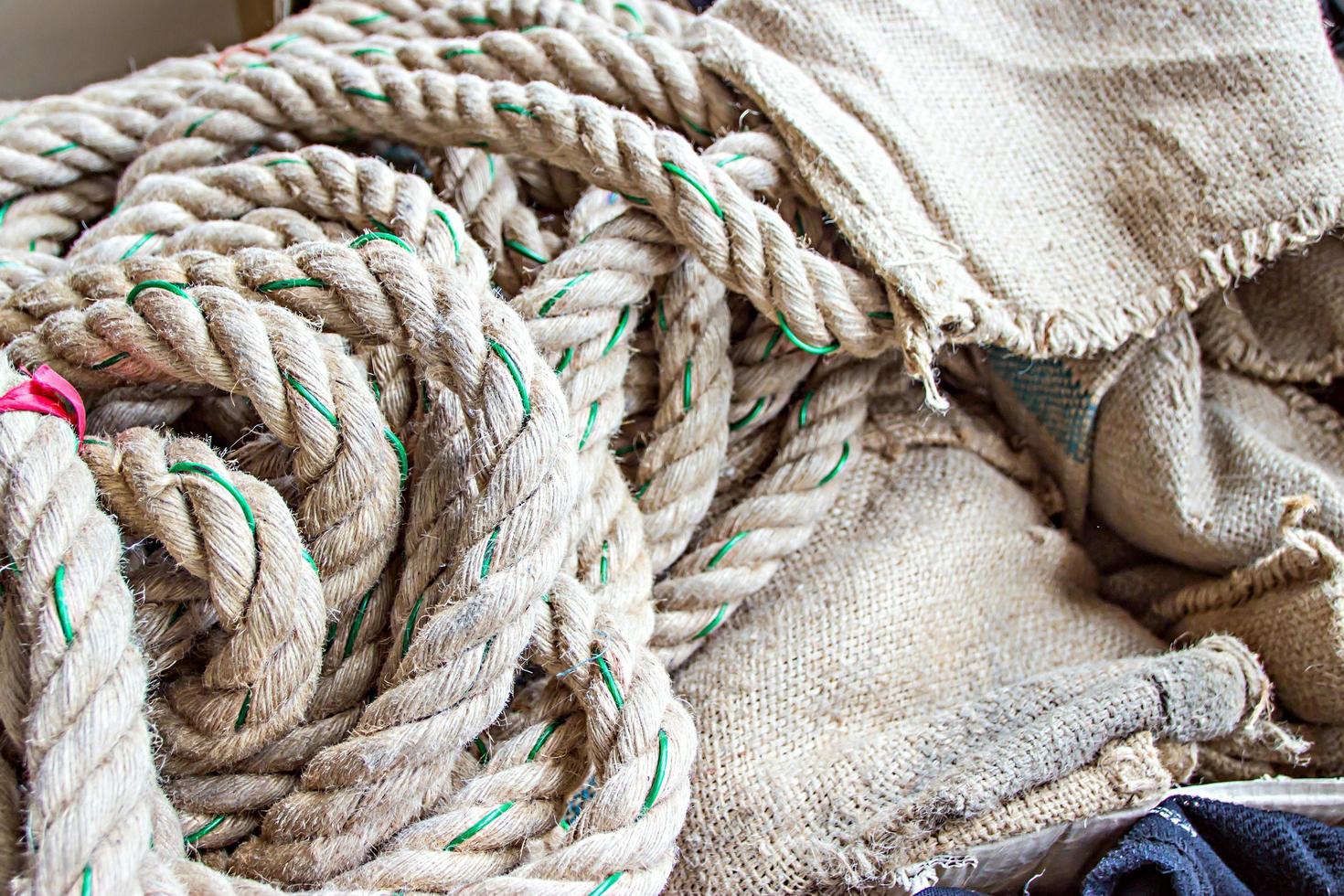 touw rommelig geplaatst met achtergrondstructuur foto