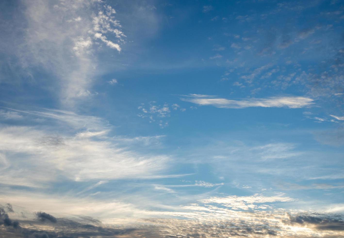 lucht en wolken bij zonsondergang. het zijn prachtige rode en oranje kleuren van zonsopgang of zonsondergang. foto