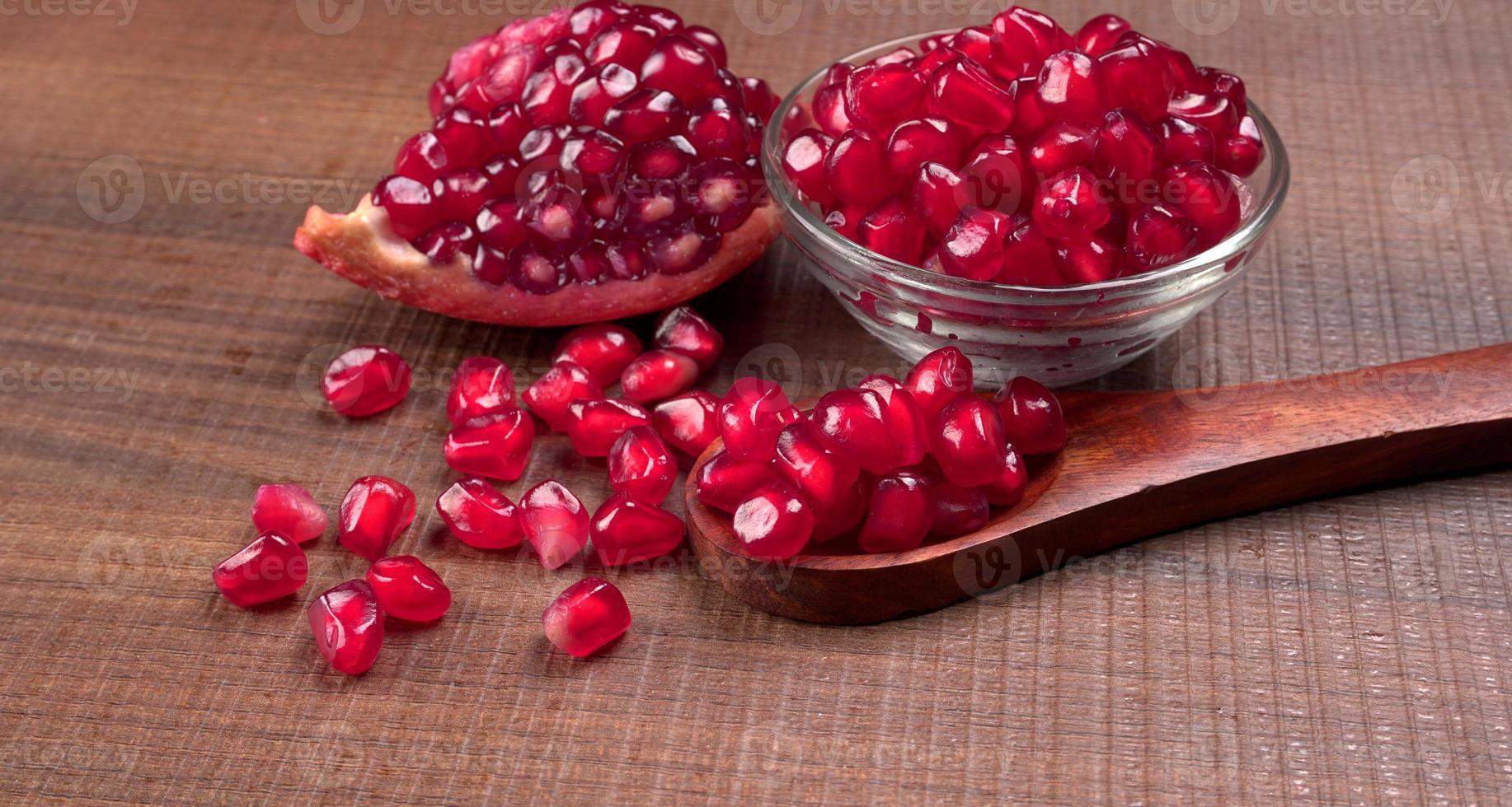 verse granaatappel rijk aan natuurlijke antioxidanten. concept van rood fruit, vitamines en natuurlijke antioxidanten voor de huid voor schoonheid. foto