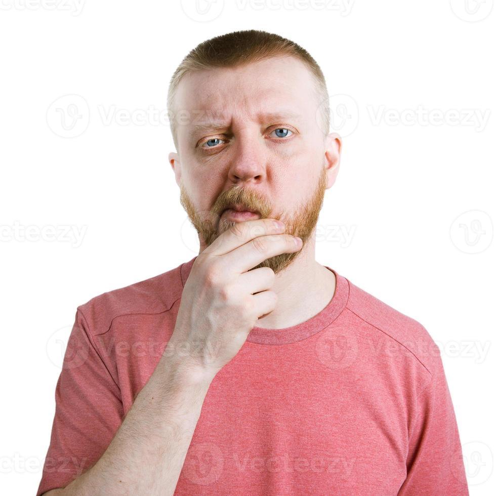 twijfelende bebaarde man in een shirt foto