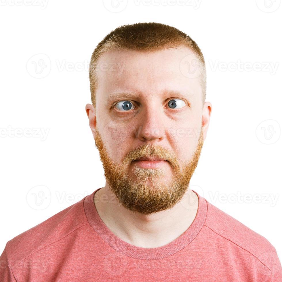 man in een roze shirt met een zijdelingse blik foto