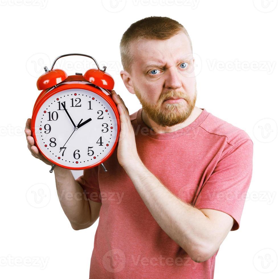 ongelukkige man met een rode wekker in zijn hand foto