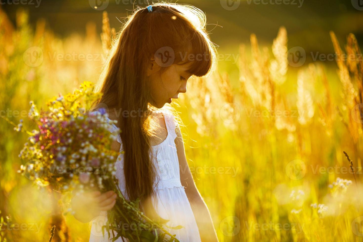 meisje met een bosje wilde bloemen foto