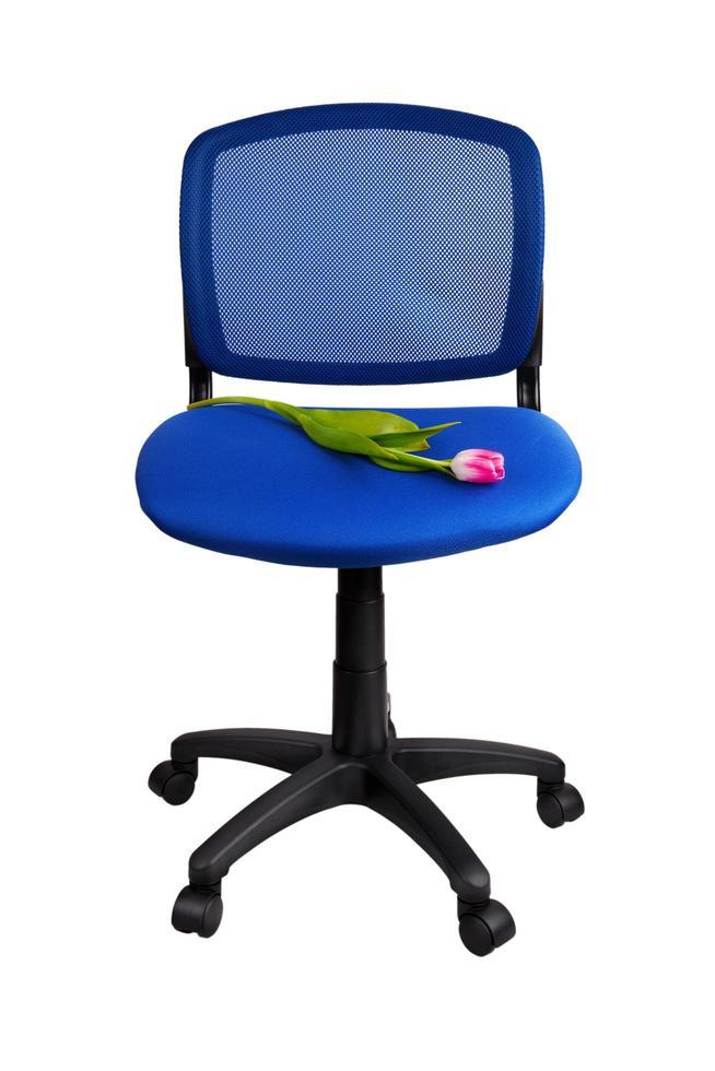 rode tulp ligt op een bureaustoel foto