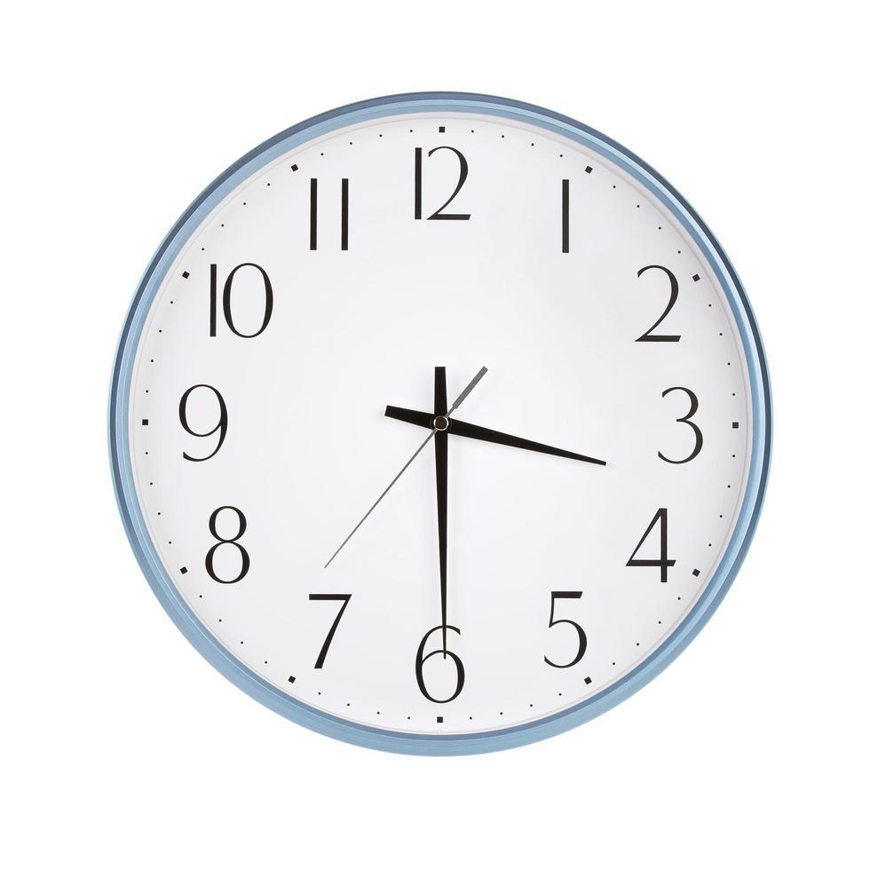 ronde klok toont de helft van de vierde foto