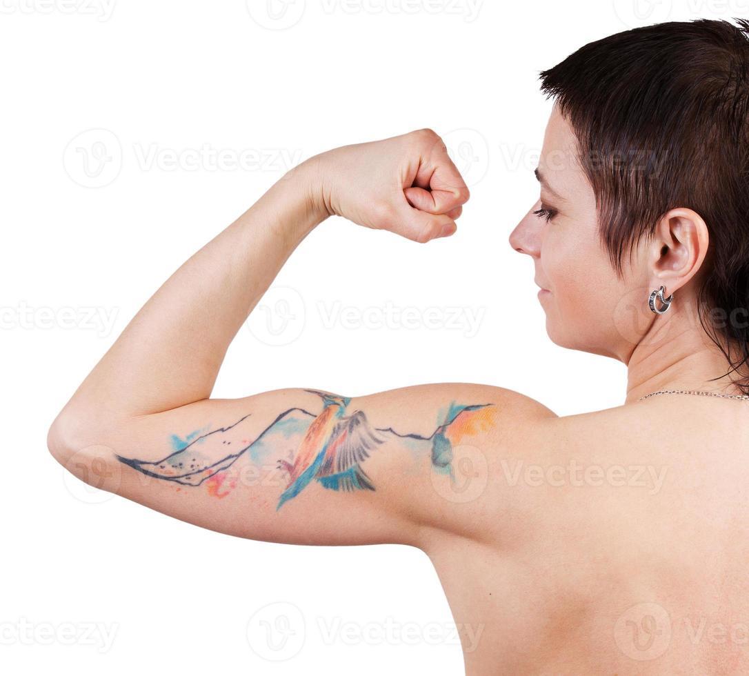 vrouw met een tatoeage met biceps foto