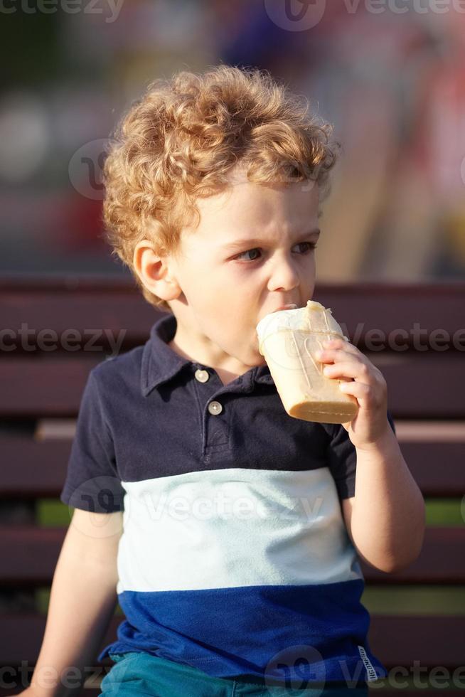 kleine jongen eet ijs foto