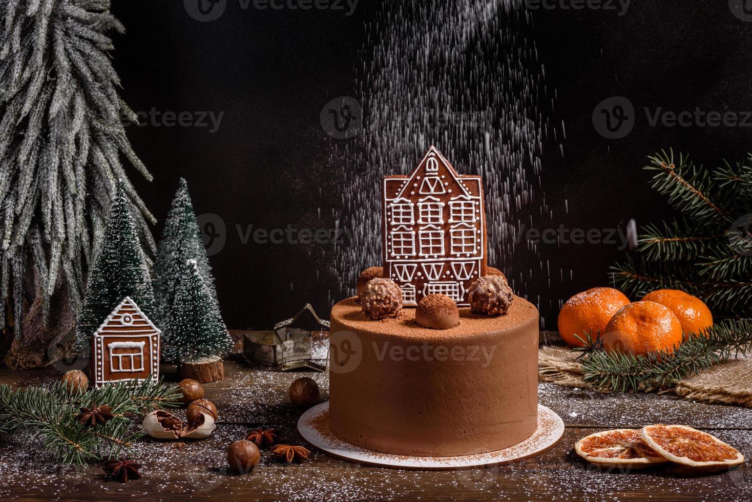 heerlijke mooie snoepjes op een donkere houten tafel op kerstavond foto